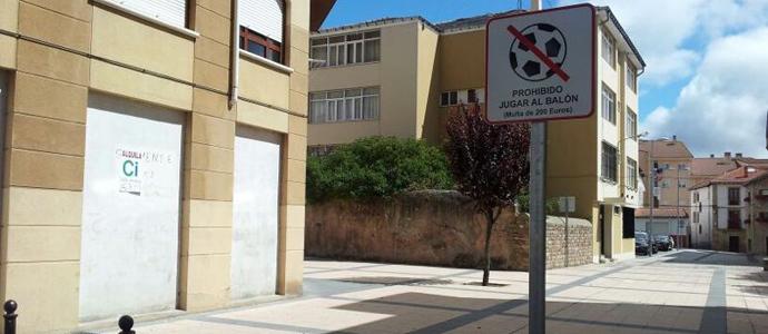 Señal De Localización: La Señal De Prohibido Jugar Al Balón Cambia De Ubicación